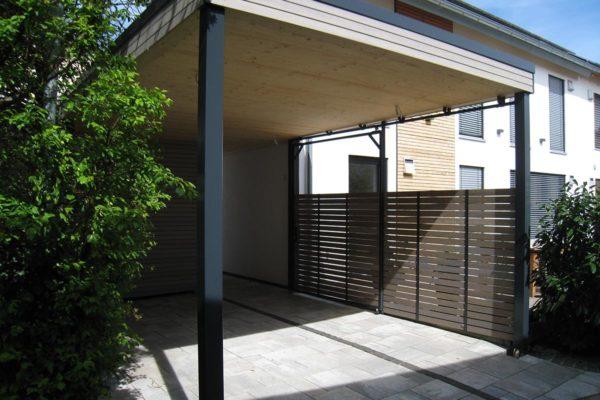 Dieser Carport ist aus Holz gefertigt - eine klassische Zimmermanngebäude vom Schreiner.